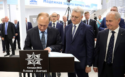 Vladimir Putin signed the guestbook during his visit to Izhevsk Electromechanical Plant Kupol.