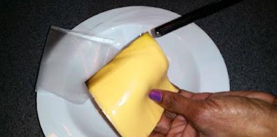 Szeletelt sajt vs. Műanyag