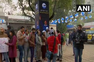 AAP दफ्तर के बाहर जश्न का माहौल, अरविंद केजरीवाल पार्टी कार्यालय पहुंचे