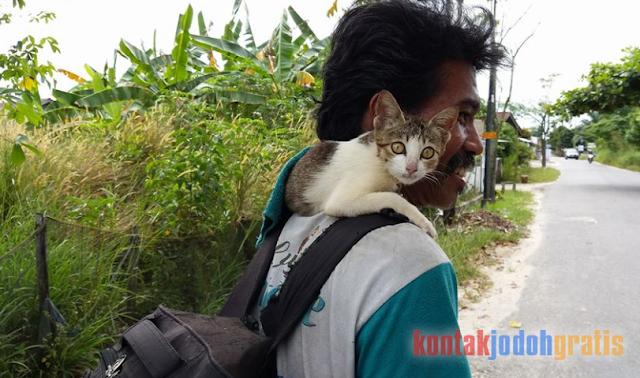 Belajar bersyukur dari pak ijal dan kucing lumpuhnya.