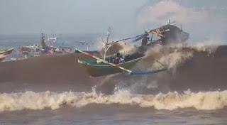 Empat Perahu Hancur Satu Nelayan Hilang Diterjang Ombak Pantai Selatan