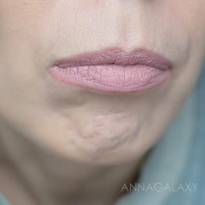 Как выглядит на губах Faberlic Velvet Kiss губная помада 40577 розовый нюд