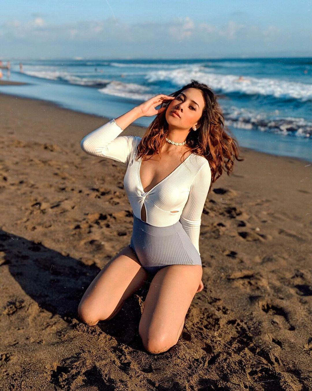 Bikini Pantai Anya Geraldine Manis paha mulus