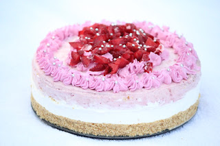 STRAWBERRY MOUSSE CAKE / STRAWBERRY CHOCOLATE NO BAKE CAKE / DOUBLE STRAWBERRY CHEESE CAKE / STRAWBERRY CHEESE CAKE / STRAWBERRY MOUSSE CAKE