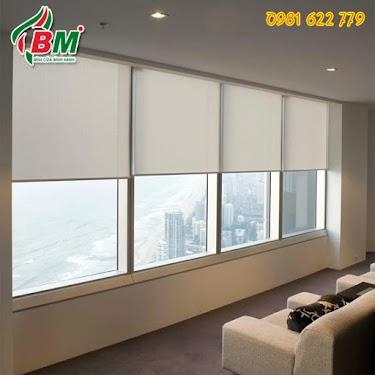 Rèm cuốn lưới màu trắng đục sang trọng gọn gàng cho không gian thoáng mát nhà cao tầng ,tầm view đẹp,,,1 thiết kế bởi binh minh đồng xoài.