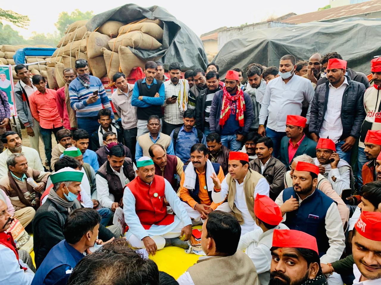 बाराबंकी किसानों के समर्थन में पहुंचे सपा एमएलसी राजेश यादव राजू
