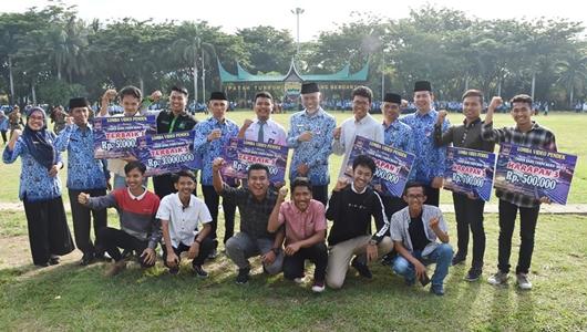 Pemko Padang Serahkan Reward Pemenang Sayembara Lomba Video Pendek