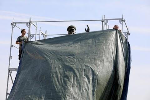 Tiltakozás Konyev szovjet marsall prágai köztéri szobrának letakarása ellen