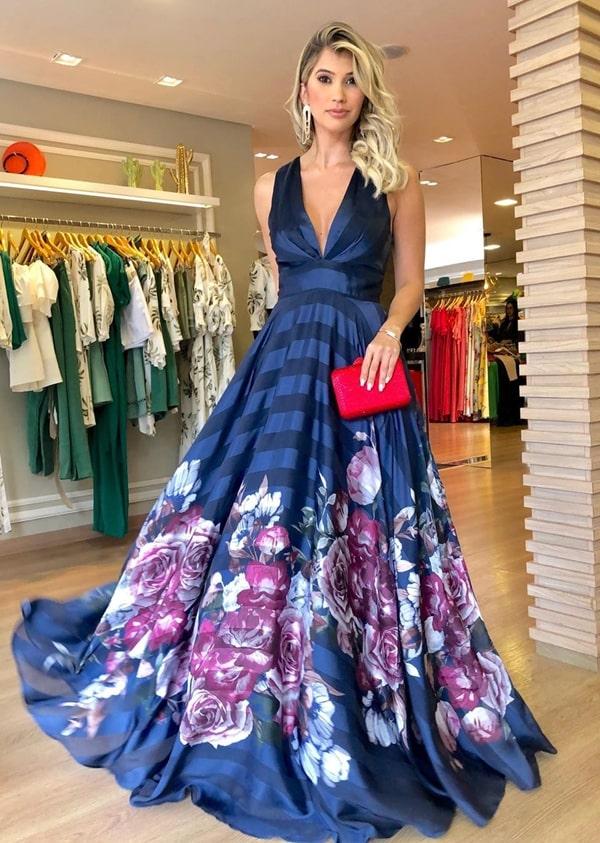 vestido longo azul marinho com estampa floral na barra do vestido
