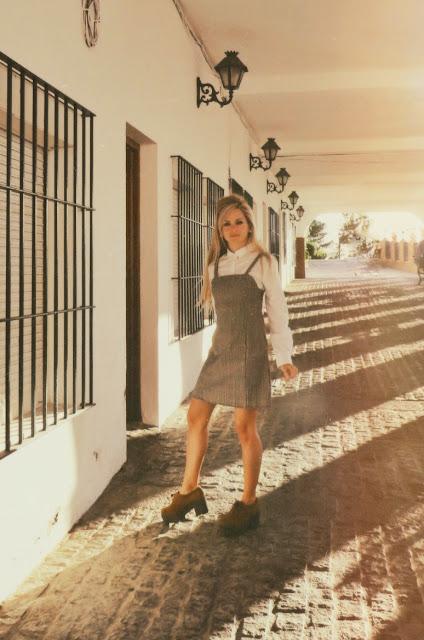 Alejandra Colomera caminando por una de las calles de Mijas