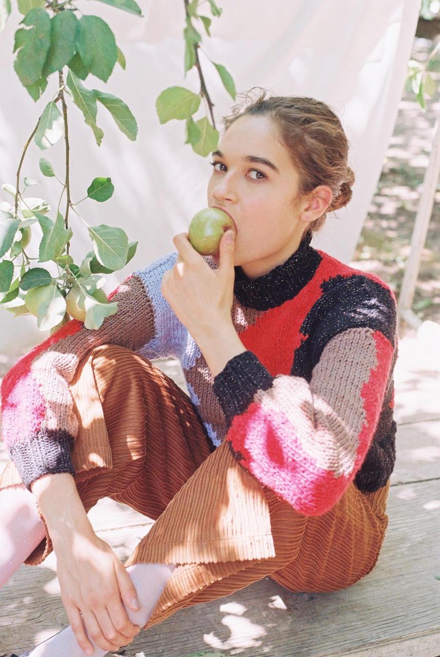 En la imagen Sweater Electra tejido a palillo por Teresa y pantalón en cotelón de algodón color caramelo