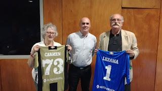 El presidente del Barakaldo CF entrega camisetas del centenario a dos familiares de niños de la guerra