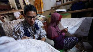 Calon Wakil Presiden nomor urut 2, Sandiaga Salahudin Uno mengunjungi rumah produksi Paoman Art, Batik Paoman Indramayu Jalan Siliwangi 315 A Indramayu pada Rabu (10/10/2018). Dalam kesempatan tersebut, Sandi berkesempatan membatik tulis dan cap di kawasan yang dikenal sebagai pusat batik Indramayu, Jawa Tengah itu.