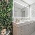 Banheiro contemporâneo com detalhes clássicos prata e dourado + banheira e jardim vertical!