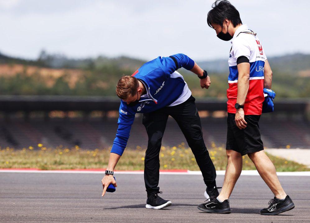 Ayao Komatsu diz que a pressão está fora de Mick Schumacher (foto com Komatsu) e Nikita Mazepin, o que significa que eles podem se concentrar em melhorar em seu ano de estreia