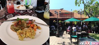 Makan Siang di Resto Tropiccal