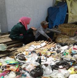Gambar 6. Wawancara Dengan Seorang Pencari Barang Bekas