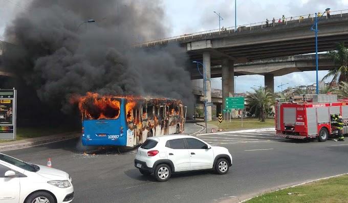 Ônibus pega fogo e fica destruído na Rótula do Abacaxi, em Salvador