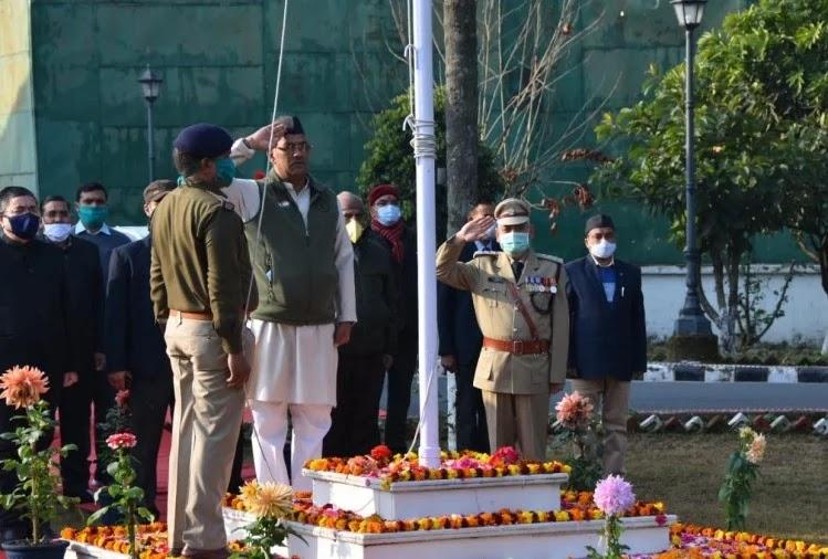 त्रिवेन्द्र सिंह रावत परेड ग्राउंड में ध्वजारोहण