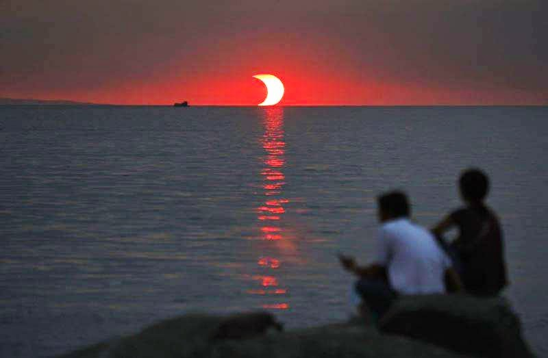 46 Unbelievable Photos That Will Shock You - Sunset and Eclipse Happening at the Same Time