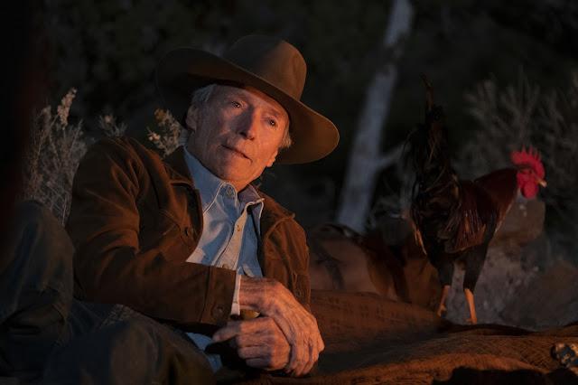 Escena de descanso con Mike Milo (Clint Eastwood) y el gallo de batalla Macho.