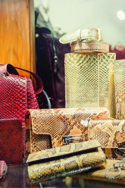 Окно магазина с сумочками из кожи питона