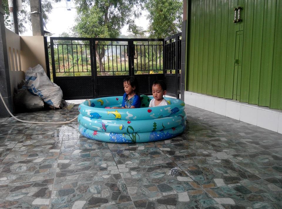 Kolam Renang Plastik Anak-Anak Anda Bocor  Tambal Dengan Lem Vinyl ... a783165abb