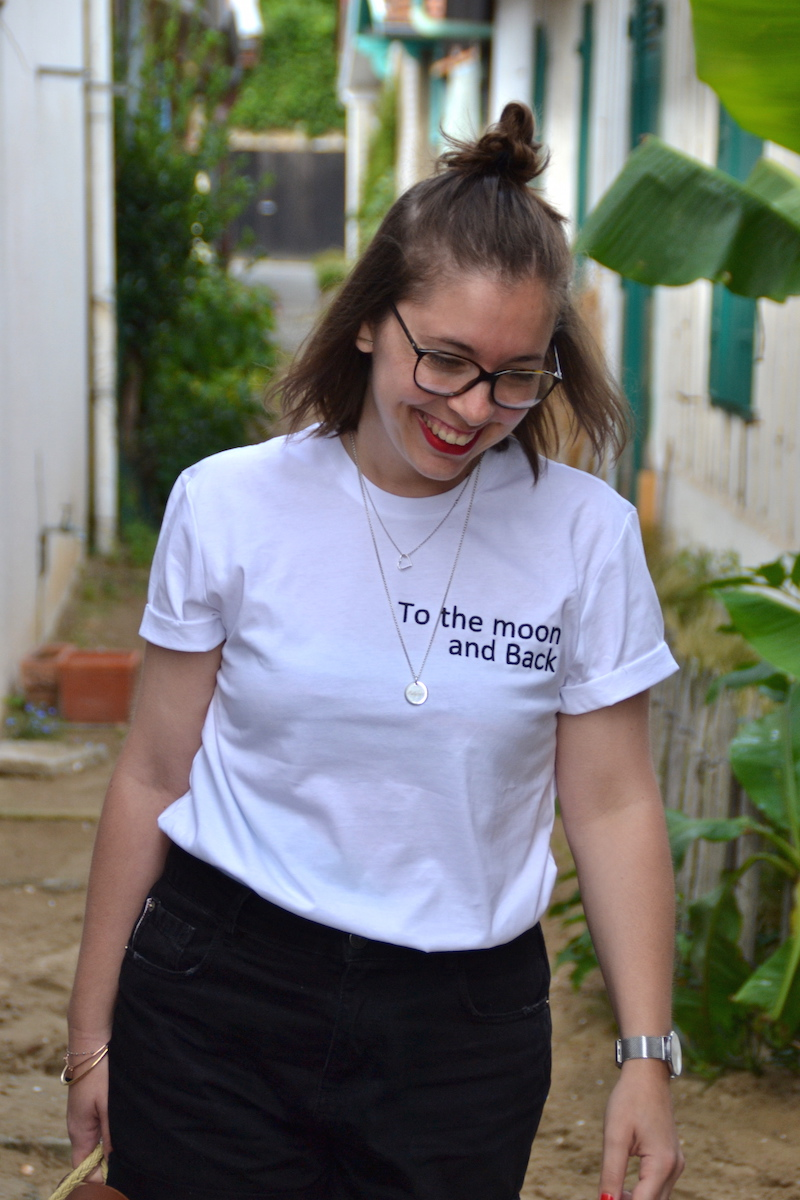 short en jean noir Pimkie et t-shirt Tunetoo, collier l'atelier d'amaya