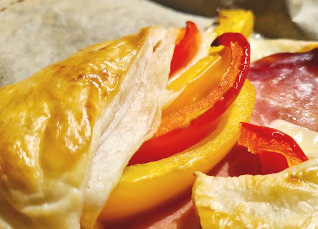 Ein Rezept, zwei Varianten: Blätterteig-Taschen mit Spargel und Blätterteig-Taschen mit Paprika. Blätterteigtaschen mit Paprika gefüllt, essen auch Kinder gern!