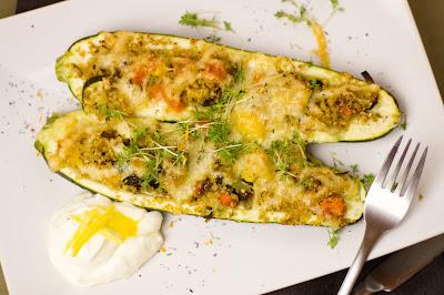 Gefüllte Zucchini mit Zitronendip