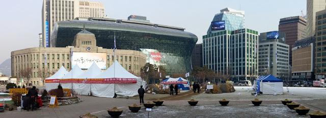 Acampada de conservadores ante el Ayuntamiento de Seúl