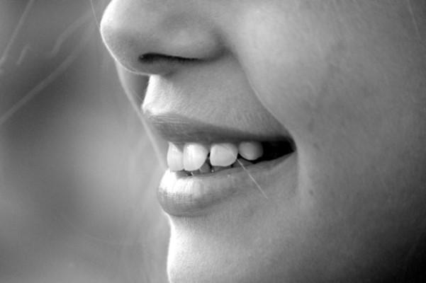 8 طرق طبيعية منزلية لجعل اسنانك اكثر بياضا