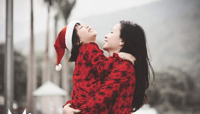 Cô bé giáng sinh cùng mẹ