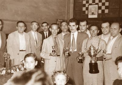 Reparto de premios en la Penya Cultural Barcelonesa