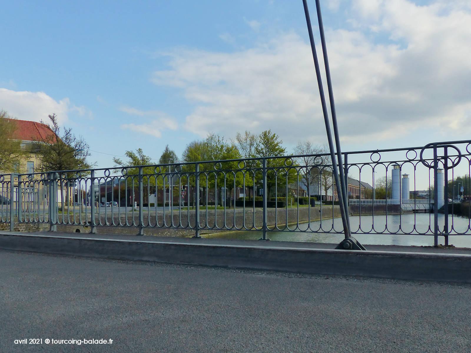Gros plan sur le garde-corps du Pont de l'Espierre du canal de Tourcoing