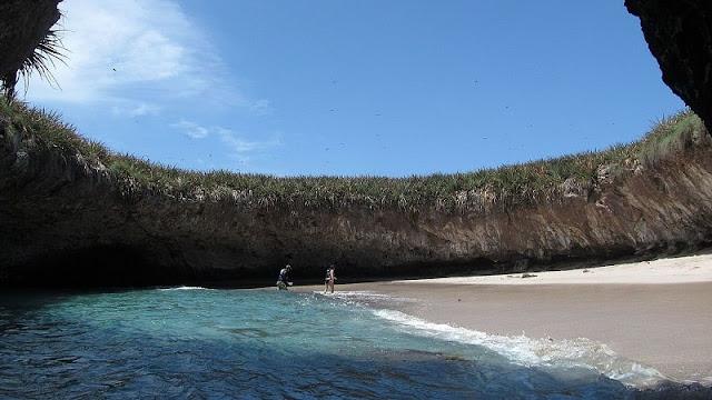 Pemandangan Hidden Beach atau Love Beach yang ada di Pulau Marieta
