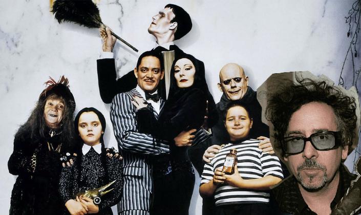 Imagem de capa: um fundo branco de mármore com a Família Addams, da direita para a esquerda: a Vovó Addams, uma velhinha pequena com cabelos desgrenhados e dentes podres, além de um chapéu preto com plumas, Wandinha Addams uma menina pálida, com cara de série e cabelos pretos amarrados em duas tranças, Gomez Addams, um homem com cabelo preto e bigode fino num terno listrado de preto e branco, Mortícia Addams, uma mulher bela em um vestido preto e com longos cabelos pretos, por trás deles, o Tropeço, um Frankenstein alto com um espanador, Feioso Addams, um garoto baixo, gordinho e loiro com uma cara de travesso, Tio Fester Addams, um homem careca e muito pálido com um casacão marrom, e um recorte com o rosto do diretor Tim Burton no canto da foto.