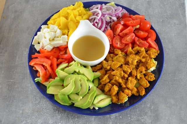 Kolorowa sałatka z kurczakiem, mango i awokado