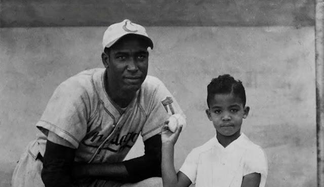 Martín Dihigo con su hijo cuando jugaba para Cienfuegos