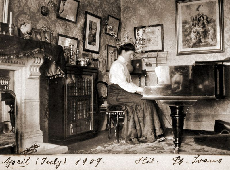 35 Found Snaps Show Victorian and Edwardian House Interior