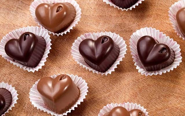 Σοκολατάκια σε σχήμα καρδιάς με δύο μόνο υλικά