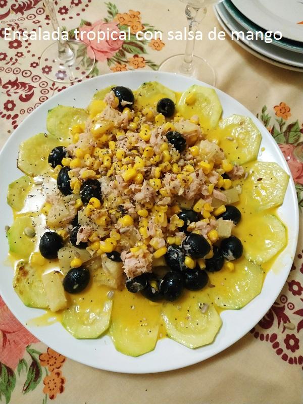 Ensalada tropical con salsa de mango