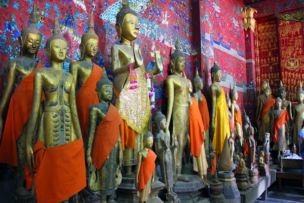 Sculture all'interno Wat Xieng Thong