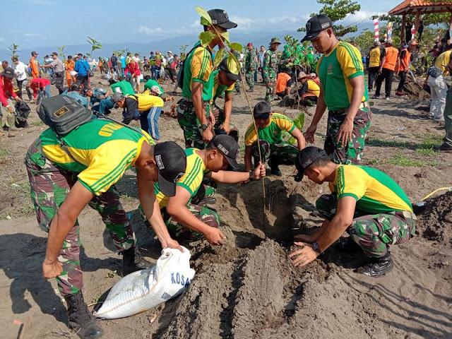 Peringati Hari Juang Kartika, Yonarmed 13 Kostrad Bersihkan Pantai Lodji