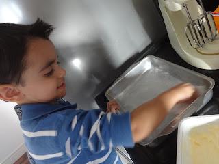 Criança Cozinhando com a Mamãe