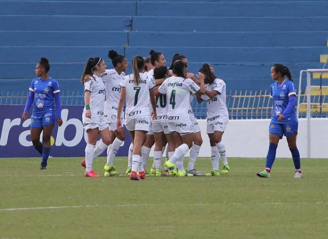 Jogadoras do Palmeiras comemorando um dos gols da goleada sobre o São José