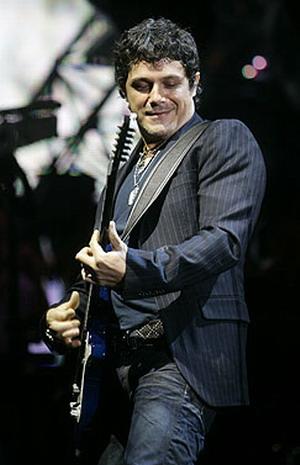 Foto de Alejandro Sanz tocando su guitarra
