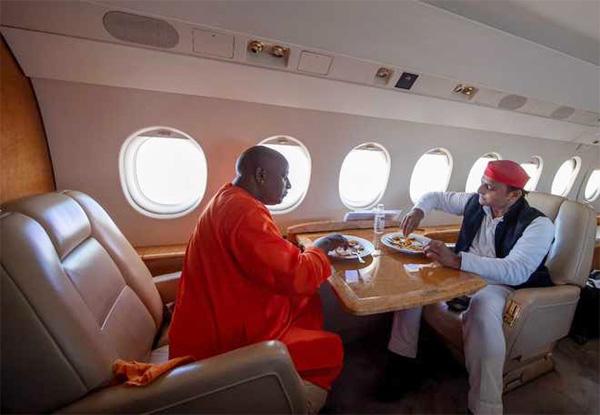Akhilesh Yadav shares a meal with Yogi lookalike, News, Politics, Photo, Akhilesh Yadav, Yogi Adityanath, Flight, Social Network, National.