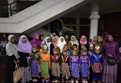 Foto bersama peserta dan wali santri PAUD Al-Zaytun.