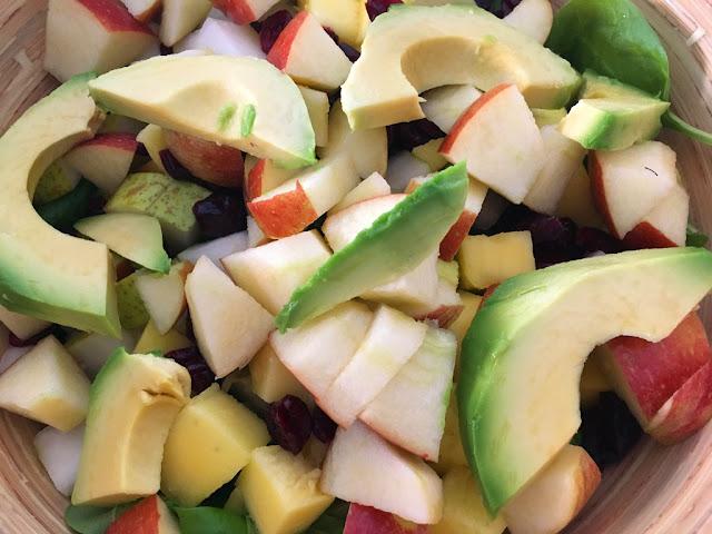 fruchtiger Salat mit Avocado, Mango und Apfel